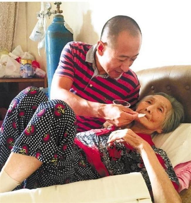 Lặng người trước hình ảnh con trai hiếu thảo ôm người mẹ 82 tuổi ốm yếu ra bờ sông chuyện trò mỗi ngày - Ảnh 4.