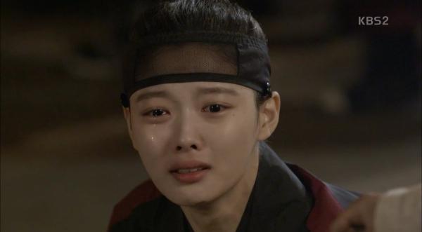 """Moonlight: """"Chô-ha"""" Park Bo Gum bị cận thần bất ngờ kề dao vào cổ - Ảnh 2."""