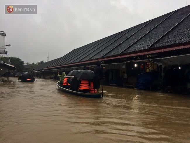 Hội An ngập trong nước lũ, dịch vụ chèo thuyền ngắm phố cổ hút khách - Ảnh 8.