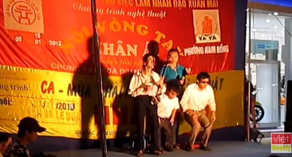Clip: Người khuyết tật đang bị lợi dụng bởi các đoàn nghệ thuật nhân đạo ở Hà Nội? - Ảnh 4.