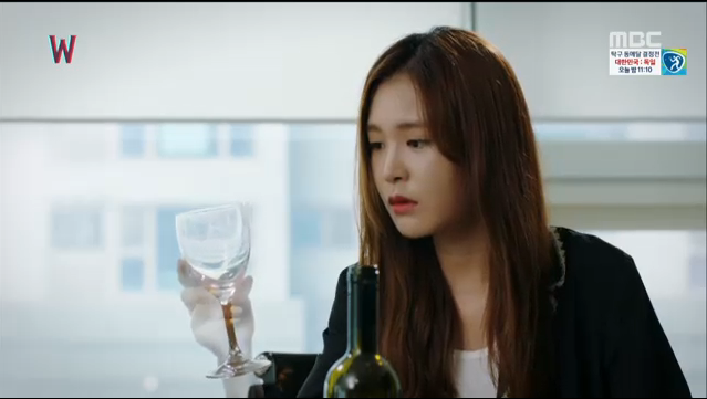 W - Two Worlds: Tự tử quá nhiều, Lee Jong Suk quên mất cả vợ Hyo Joo? - Ảnh 25.