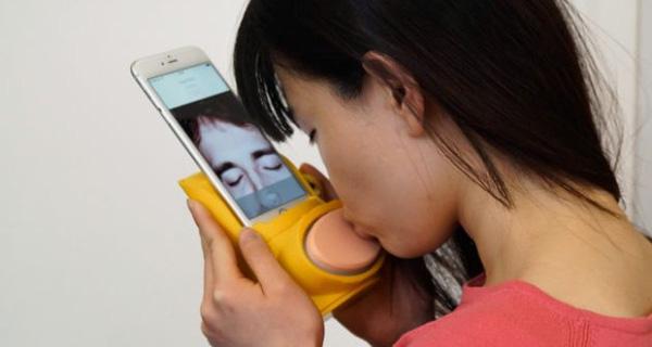 Ra mắt thiết bị hôn nhau qua mạng dành cho các cặp đôi yêu xa