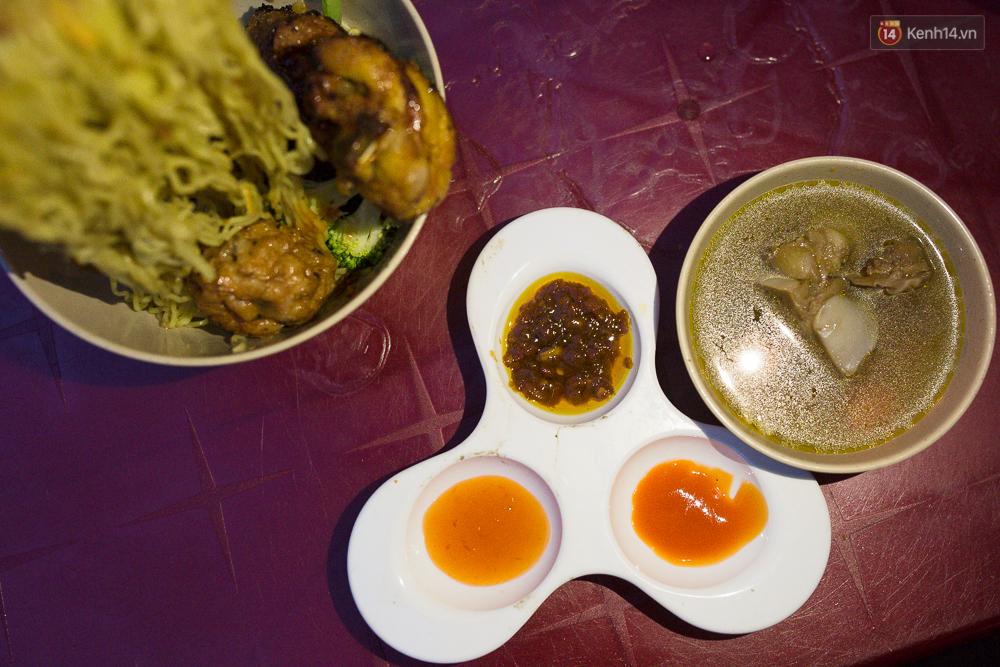 Mì bay - chứ không phải là Mì cay nhé - mới là món ăn hot nhất Sài Gòn bây giờ