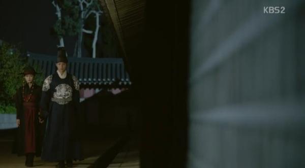 """Moonlight: """"Chô-ha"""" Park Bo Gum bị cận thần bất ngờ kề dao vào cổ - Ảnh 28."""