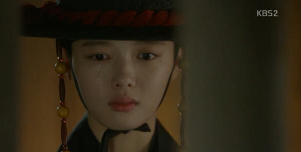 """Moonlight: """"Chô-ha"""" Park Bo Gum bị cận thần bất ngờ kề dao vào cổ - Ảnh 29."""