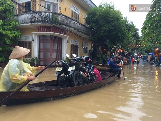 Hội An ngập trong nước lũ, dịch vụ chèo thuyền ngắm phố cổ hút khách - Ảnh 4.