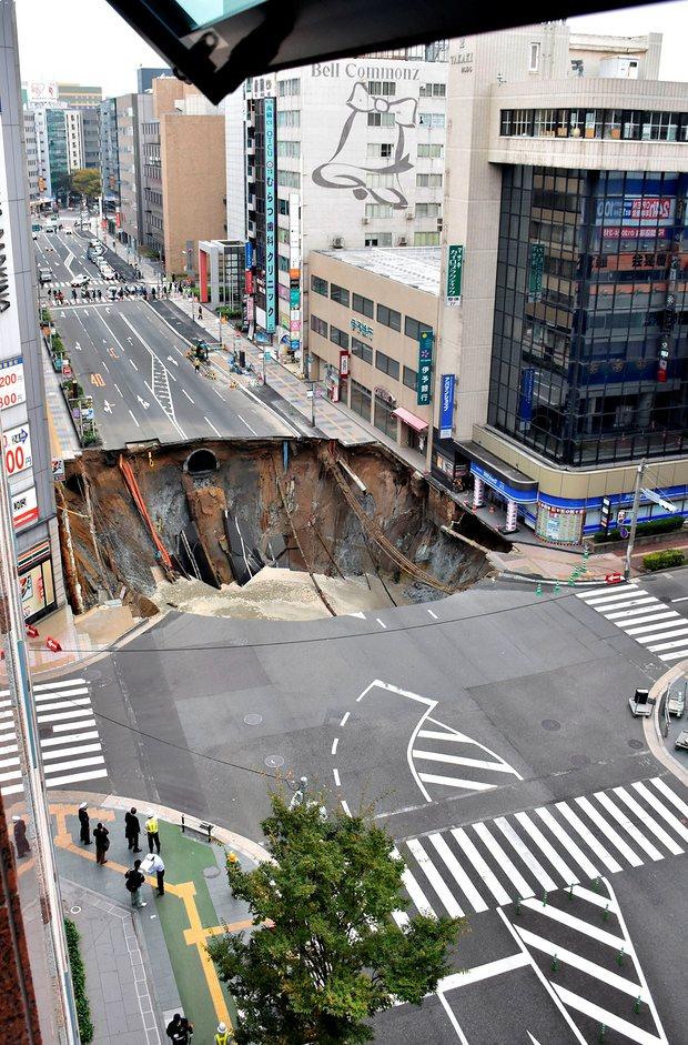 Nhật Bản sửa xong 1 hố tử thần khổng lồ trong vỏn vẹn 2 ngày, xin lỗi người dân vì đã gây ra bất tiện - Ảnh 1.