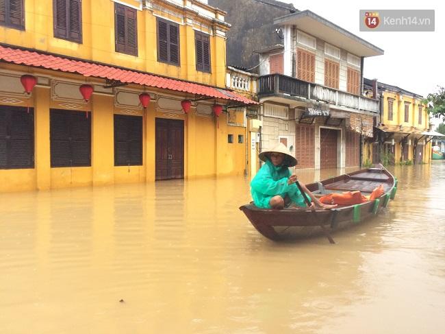 Hội An ngập trong nước lũ, dịch vụ chèo thuyền ngắm phố cổ hút khách - Ảnh 3.
