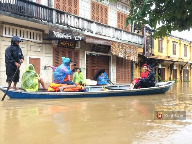 Hội An ngập trong nước lũ, dịch vụ chèo thuyền ngắm phố cổ hút khách - Ảnh 6.