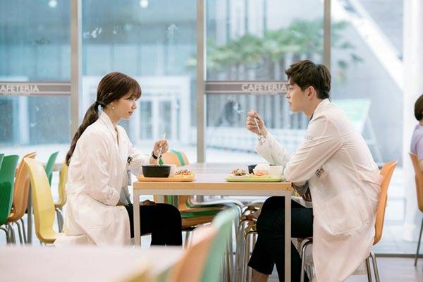 Doctors: Ngày Lee Sung Kyung chơi đểu Park Shin Hye cuối cùng cũng đến - Ảnh 15.