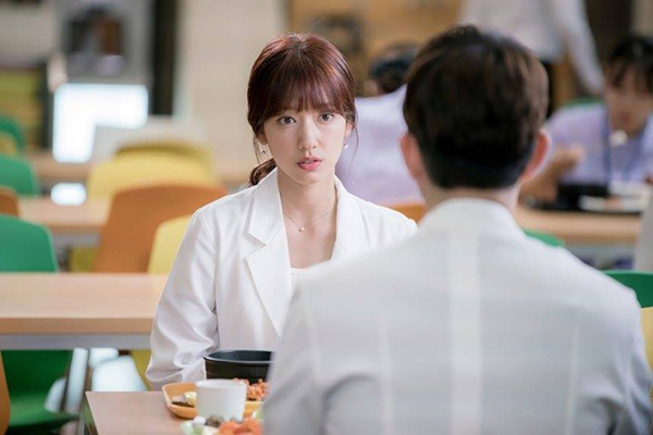 Doctors: Ngày Lee Sung Kyung chơi đểu Park Shin Hye cuối cùng cũng đến - Ảnh 17.