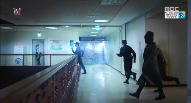 W - Two Worlds: Tự tử quá nhiều, Lee Jong Suk quên mất cả vợ Hyo Joo? - Ảnh 36.