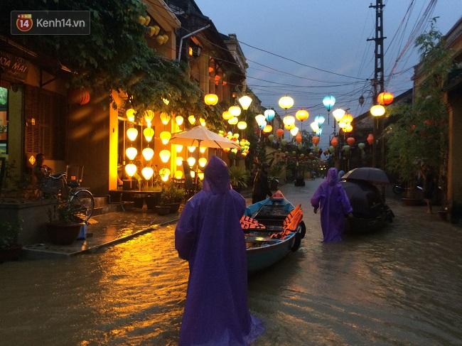 Hội An ngập trong nước lũ, dịch vụ chèo thuyền ngắm phố cổ hút khách