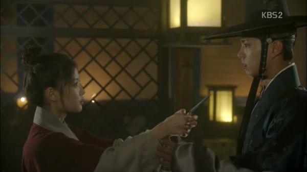 """""""Moonlight"""": Thế tử Park Bo Gum tự tay cắt đứt vòng hẹn ước với Kim Yoo Jung - Ảnh 3."""