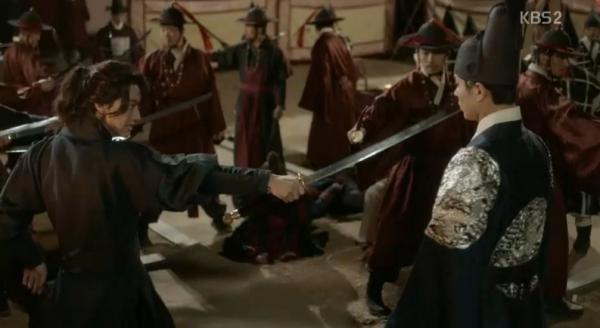 """Moonlight: """"Chô-ha"""" Park Bo Gum bị cận thần bất ngờ kề dao vào cổ - Ảnh 3."""