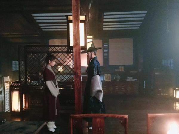 """Moonlight: """"Chô-ha"""" Park Bo Gum bị cận thần bất ngờ kề dao vào cổ - Ảnh 40."""