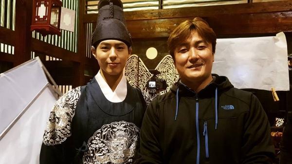 """Moonlight: """"Chô-ha"""" Park Bo Gum bị cận thần bất ngờ kề dao vào cổ - Ảnh 42."""