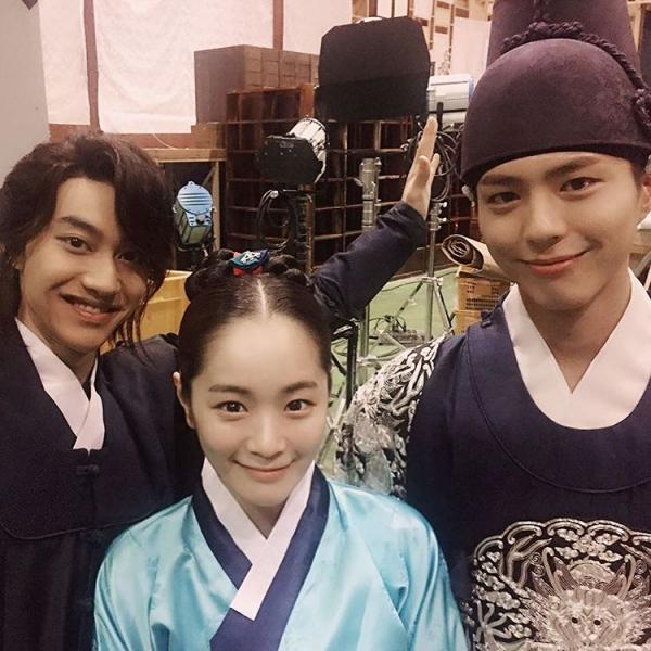 """Moonlight: """"Chô-ha"""" Park Bo Gum bị cận thần bất ngờ kề dao vào cổ - Ảnh 43."""