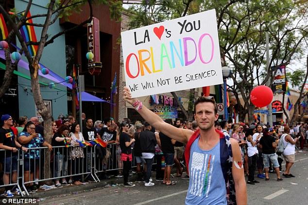 Hàng nghìn cặp đôi đồng tính hôn nhau để chứng minh tình yêu là bất diệt - Ảnh 3.