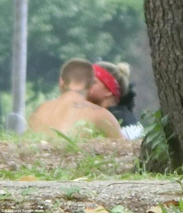 Sau scandal với Selena, Justin Bieber hạnh phúc ôm hôn bạn gái mới - www.TAICHINH2A.COM