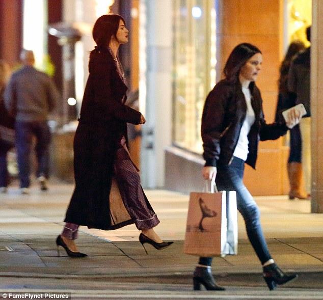 Selena Gomez chứng minh: Đã đẹp thì mặc đồ ngủ ra đường cũng đẹp! - Ảnh 4.
