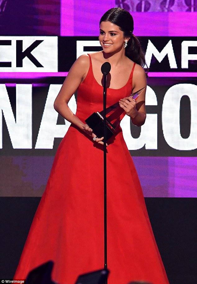 Selena Gomez chứng minh: Đã đẹp thì mặc đồ ngủ ra đường cũng đẹp! - Ảnh 6.