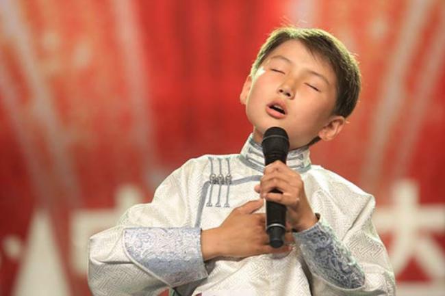Chuyện ít người biết của cậu bé Mông Cổ hát về mẹ từng khiến hàng triệu người bật khóc - Ảnh 2.