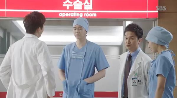 Doctors: Ngày Lee Sung Kyung chơi đểu Park Shin Hye cuối cùng cũng đến - Ảnh 23.