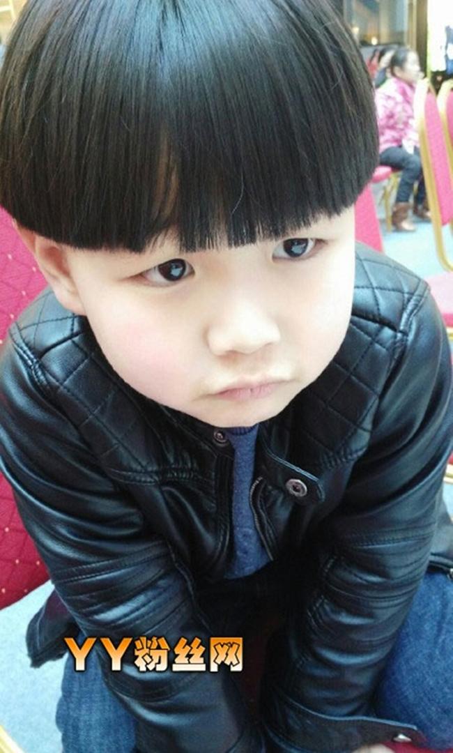 Gặp gỡ cậu bé 7 tuổi từng hát tặng người cha nghiện smartphone khiến người dân Trung Quốc chấn động - Ảnh 2.