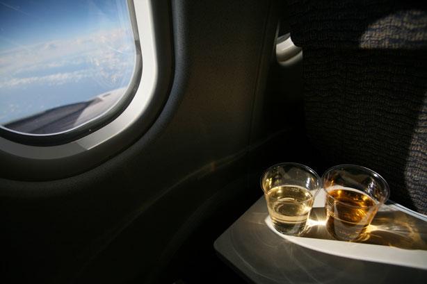 Vì sức khỏe của chính mình, đừng bao giờ làm 8 điều này khi lên máy bay - Ảnh 6.