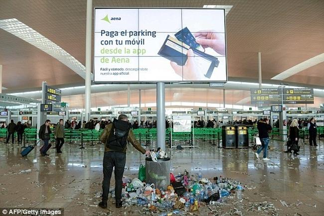 Không thể tin được bãi rác này lại chính là sân bay ở Tây Ban Nha - Ảnh 11.