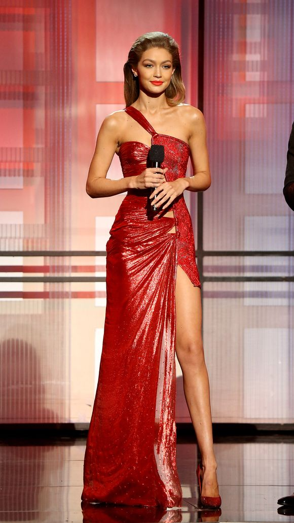 6 lần biến hóa lộng lẫy như nữ thần của Gigi Hadid ở AMA 2016 - Ảnh 4.