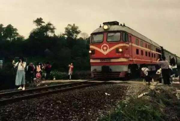Nguy hiểm không ai biết vì lỗi đứng chờ tàu hỏa không đúng cách - Ảnh 3.