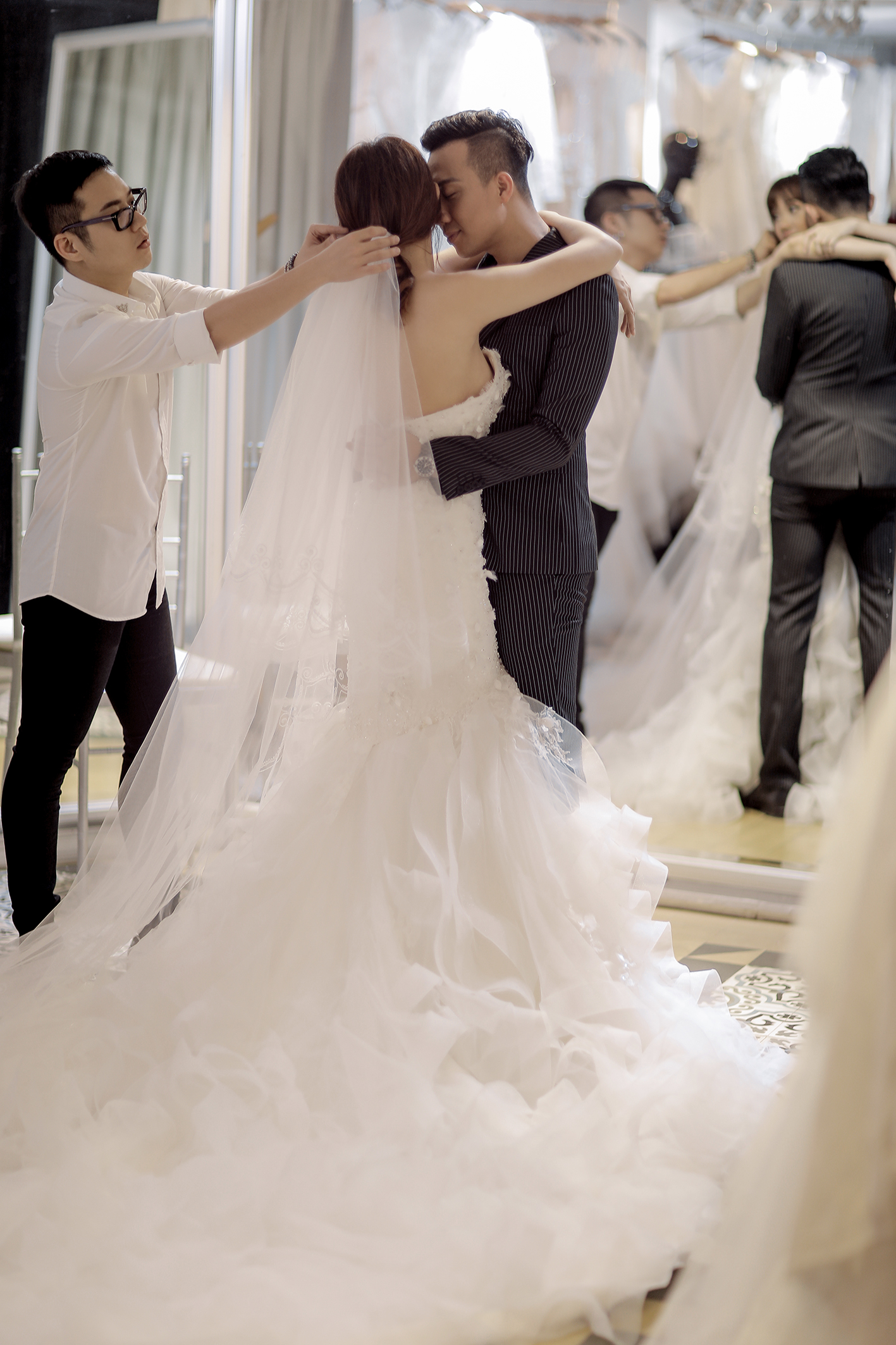 Trấn Thành đặt riêng hai mẫu váy cưới đặc biệt dành tặng Hari Won