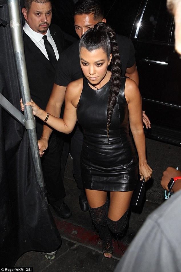 Kendall Jenner trễ nải khoe gần hết vòng 1, Kylie diện đồ bó sát vòng 3 khủng - ảnh 2