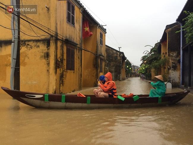 Hội An ngập trong nước lũ, dịch vụ chèo thuyền ngắm phố cổ hút khách - Ảnh 10.