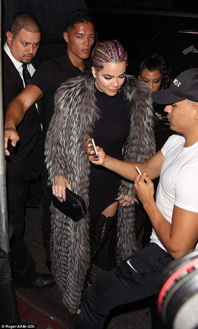 Kendall Jenner trễ nải khoe gần hết vòng 1, Kylie diện đồ bó sát vòng 3 khủng - ảnh 3