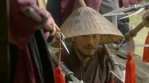 """Moonlight: """"Chô-ha"""" Park Bo Gum bị cận thần bất ngờ kề dao vào cổ - Ảnh 10."""