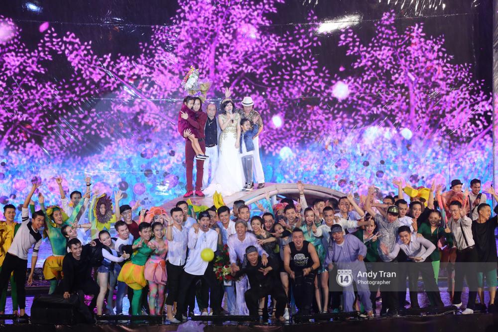 Quên đi mưa bão dữ dội, đồng nghiệp và khán giả vẫn đồng lòng nán lại xem liveshow Việt Hương đến phút cuối