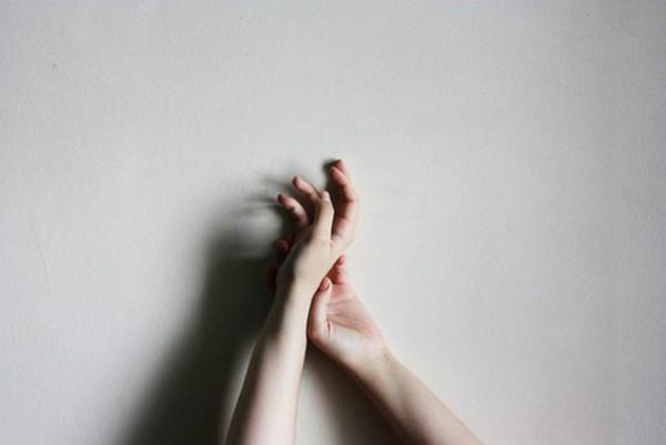Có một kiểu đau âm ỉ: Dẫu rất yêu nhưng vẫn phải cách xa - Ảnh 1.