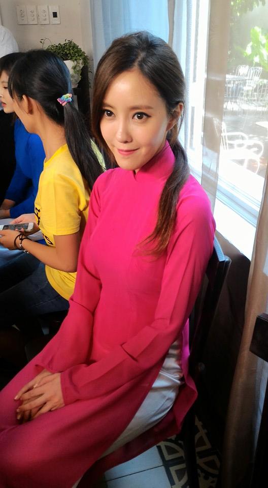Ngắm các mỹ nhân thế giới đẹp dịu dàng trong tà áo dài Việt Nam - Ảnh 6.