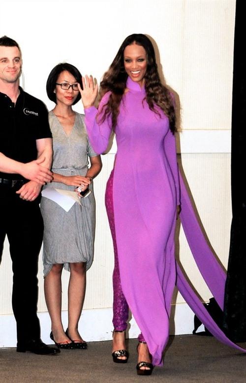 Ngắm các mỹ nhân thế giới đẹp dịu dàng trong tà áo dài Việt Nam - Ảnh 16.
