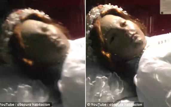 Khoảnh khắc xác chết 300 năm tuổi đột nhiên mở mắt khiến du khách rợn người - Ảnh 2.