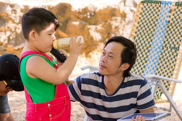 """""""Bảo Mẫu Siêu Quậy"""" - Hoài Linh chăm sóc 2 nhóc mập cực đáng yêu - Ảnh 1."""
