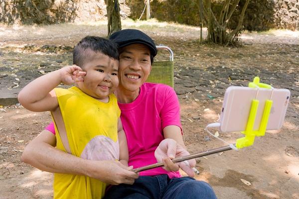 """""""Bảo Mẫu Siêu Quậy"""" - Hoài Linh chăm sóc 2 nhóc mập cực đáng yêu - Ảnh 2."""