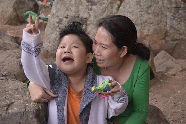 """""""Bảo Mẫu Siêu Quậy"""" - Hoài Linh chăm sóc 2 nhóc mập cực đáng yêu - Ảnh 4."""