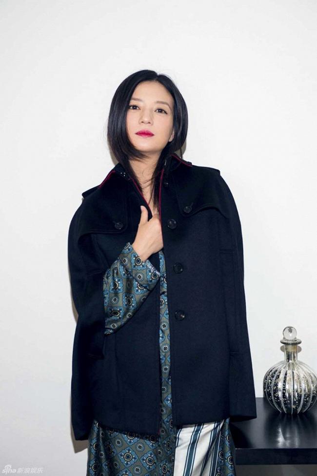 Trẻ trung xinh đẹp, nhưng Triệu Vy lại là sao ăn mặc chán đời nhất show Burberry - Ảnh 3.