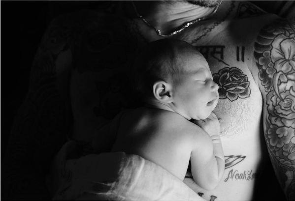 Công chúa nhỏ đáng yêu của vợ chồng Adam Levine đã lộ diện! - Ảnh 1.