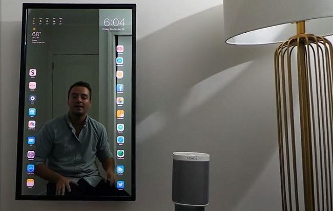 Chán màn hình nhỏ, anh chàng này biến cả gương soi thành iPhone khổng lồ - Ảnh 1.