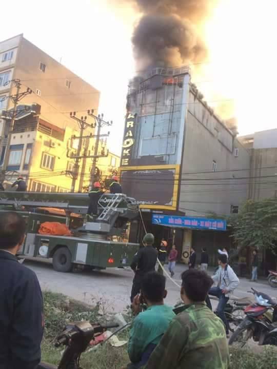 Cháy lớn tại quán karaoke 6 tầng ở Bắc Ninh, nhiều nhân viên và khách bỏ chạy tán loạn - Ảnh 1.